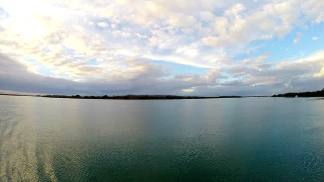 vídeos y material grabado en eventos de stock de vista desde un barco en south east queensland australia prístinos canales - gold coast