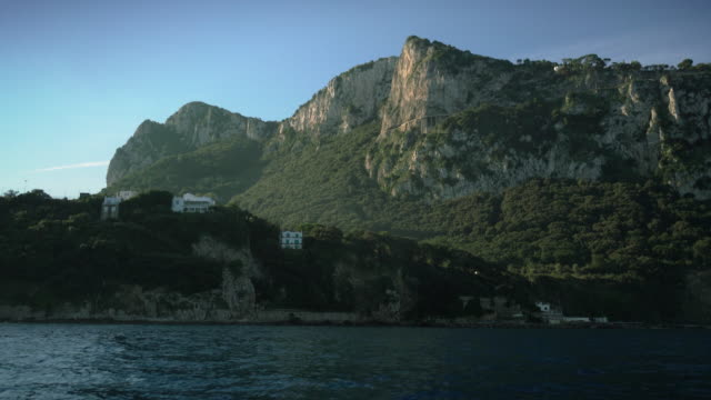 vídeos de stock, filmes e b-roll de view from a boat on the coast of capri in italy - plano geral ponto de vista
