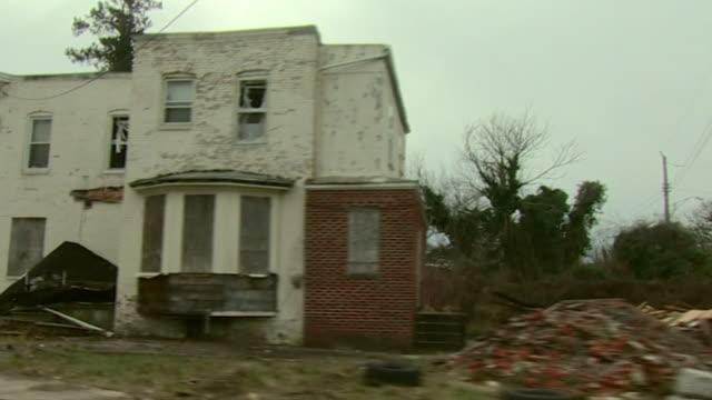 vídeos de stock e filmes b-roll de view from a car of derelict houses in baltimore - baltimore maryland