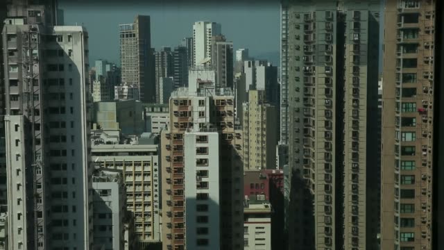 stockvideo's en b-roll-footage met view from a descending elevator shows highrise residential buildings and apartment blocks in the sheung wan district of hong kong china on thursday... - hongkong eiland