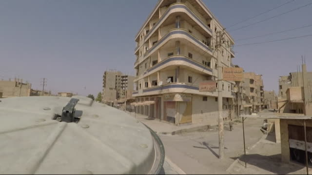 view from a russian military vehicle driving along the streets of deir ez-zor, syria - ロシア軍点の映像素材/bロール