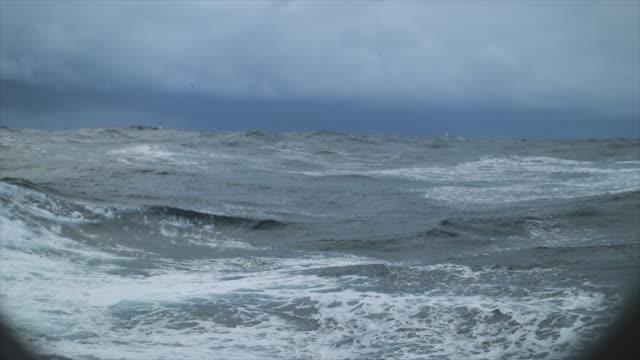 utsikt från en segelbåt av ett grovt stormigt hav: i havet under en storm - pacific ocean bildbanksvideor och videomaterial från bakom kulisserna