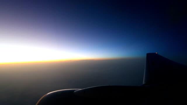 blick aus dem fenster auf flugzeuge einem passagier während er fliegt über den wolken. - flugzeugflügel stock-videos und b-roll-filmmaterial