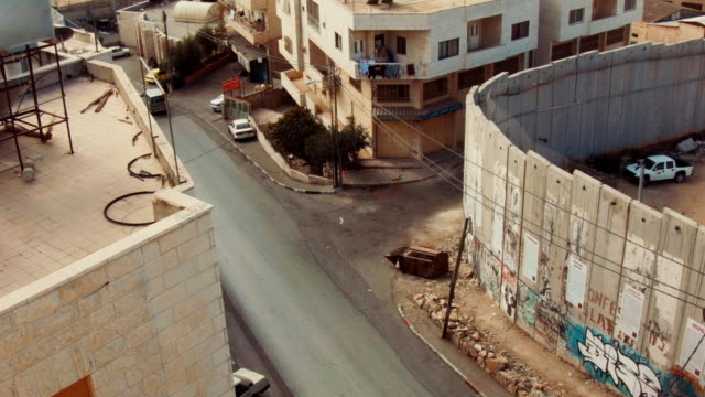 vidéos et rushes de view from above on a corner of the west bank barrier close to rachel's tomb walled off from bethlehem, palestine. - mur d'enceinte