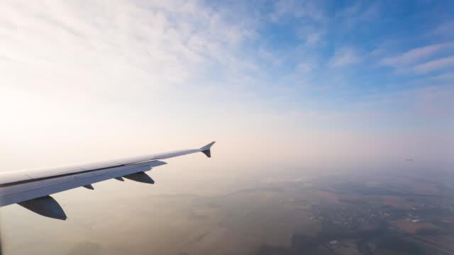 vidéos et rushes de ha view from airplane window - aile d'avion