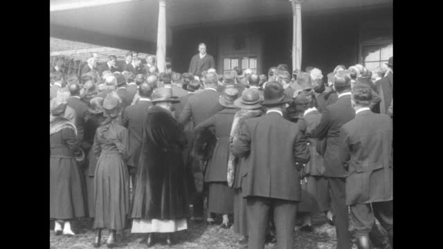 vidéos et rushes de view from behind crowd on lawn of sagamore hill theodore roosevelt speaking from porch / ms from behind roosevelt / roosevelt on lawn shaking hands... - theodore roosevelt président américain