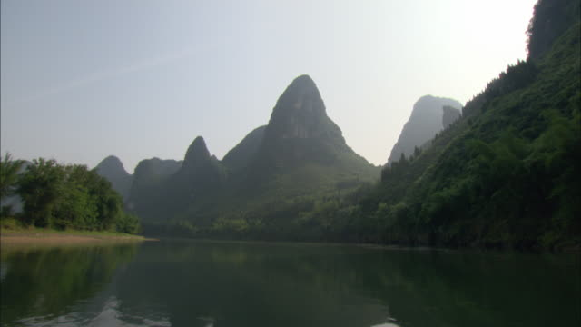 ws pov view from boat of majestic mountains on li river, guelin guilin, guangxi zhuang autonomous region, china - li river stock videos & royalty-free footage