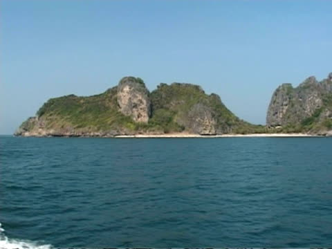 wa view from boat of phi phi island, thailand - 披披群島 個影片檔及 b 捲影像