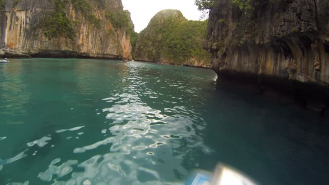 view from boat travelling on ocean between islands in thailand - insel phi phi le stock-videos und b-roll-filmmaterial