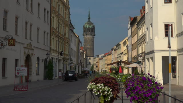 vidéos et rushes de view from coswiger strasse street towards the castle church in lutherstadt wittenberg, saxony-anhalt, germany - protestantisme