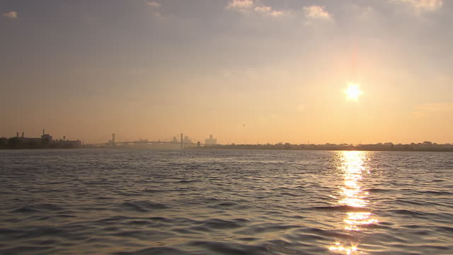 vidéos et rushes de ws view from detroit river towards ambassador bridge / detroit, michigan, united states - michigan