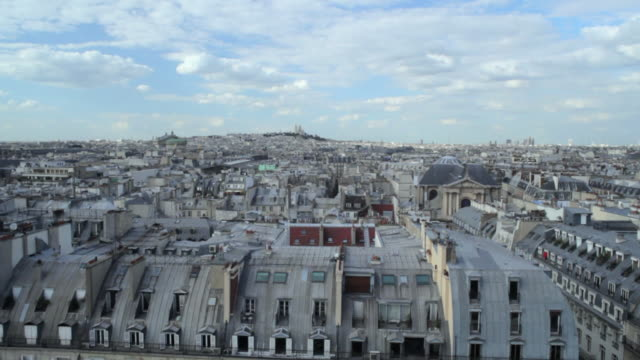 vidéos et rushes de pov view from ferris wheel of rue de rivoli, rooftops and paris skyline extending to sacre coeur, paris, france - monter