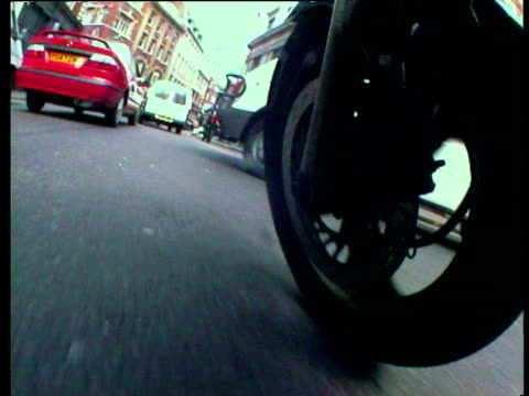 view from front motorcycle wheel moving through heavy traffic - e mail点の映像素材/bロール