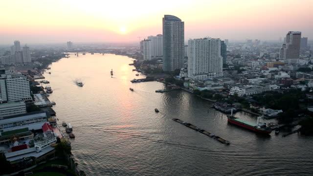 blick vom high-rise deck auf die skyline der stadt, den chao phraya-fluss - chao phraya delta stock-videos und b-roll-filmmaterial