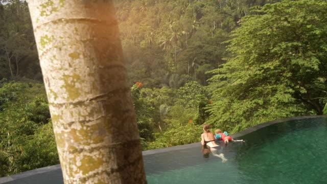stockvideo's en b-roll-footage met uitzicht vanaf het infinity pool - tourist
