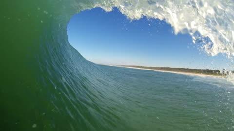 vídeos y material grabado en eventos de stock de vista desde el interior de una ola punto de vista (tubo) - surf