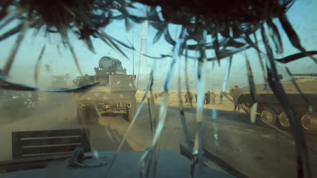 vídeos de stock, filmes e b-roll de view from inside an armoured vehicle in an iraqi army convoy heading towards mosul - à prova de balas