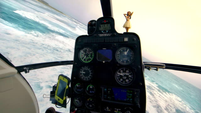 view from inside cockpit of a helicopter as it flies over the ocean - タートル湾点の映像素材/bロール