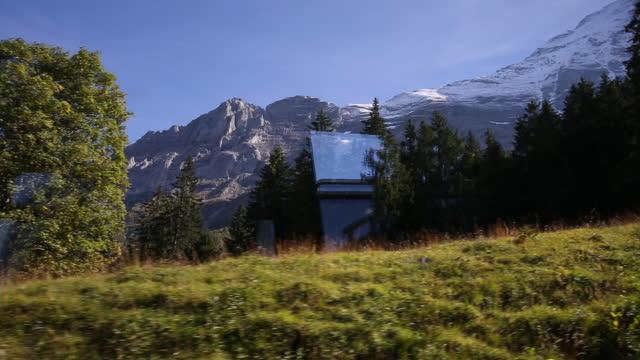 vídeos y material grabado en eventos de stock de vista desde el tren por debajo de la cara n eiger, jungfrau en movimiento - perspectiva desde un tren