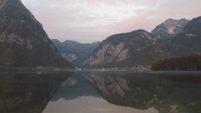 vídeos y material grabado en eventos de stock de vista desde el pueblo de hallstatt enfrente mañana - cultura austríaca