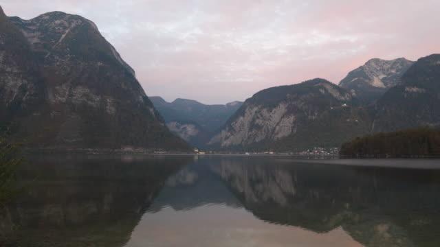朝の反対のハルシュタット村から見る - オーストリア文化点の映像素材/bロール