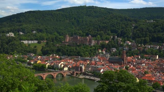 vidéos et rushes de view from philosophenweg to heidelberg with neckar river, castle and old bridge, heidelberg, baden-wurttemberg, germany, europe - xiiième siècle