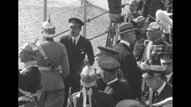 view from plane of people gathered along guadalquivir river to welcome pilots / king alfonso xiii aboard boat with officers and officials, camera on... - 王点の映像素材/bロール