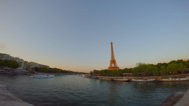 view from pont de bir-hakeim on eiffel tower and river seine at sunset. - luogo d'interesse internazionale video stock e b–roll