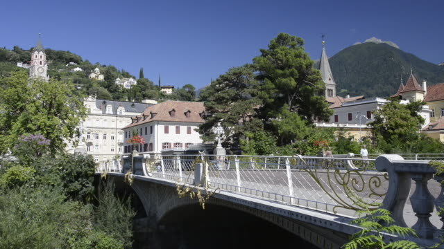 ms view from post bridge to old town / merano, tyrol, italy - alto adige video stock e b–roll