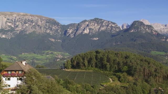 pan view from ritten (renon) high plateau near bozen (bolzano) to the schlern (sciliar) and rosengarten (catinaccio) mountains - sciliar schlern video stock e b–roll