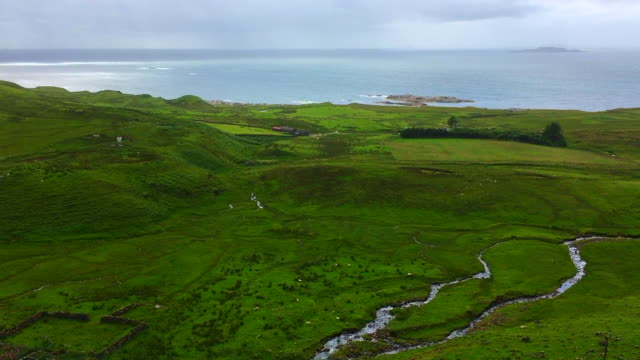 vidéos et rushes de view from road b8035 going towards loch na keal, principal sea loch on atlantic coastline of the island of mull, in the inner hebrides, argyll and bute, scotland. - mull