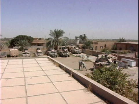 view from roof overlooking soldiers on us military base / haswa iraq / audio - esercito video stock e b–roll