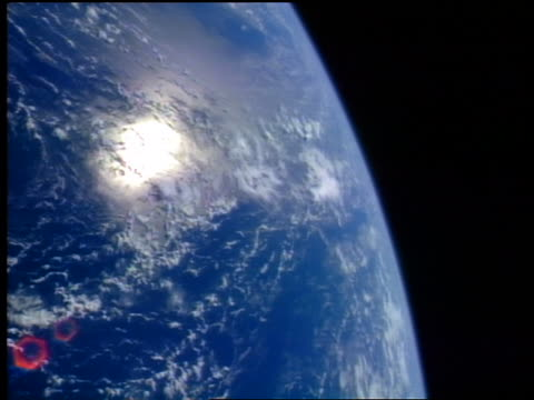 view from space of slowly turning earth with sunlight reflection on pacific ocean from space - stilla havet bildbanksvideor och videomaterial från bakom kulisserna