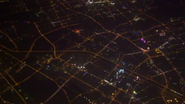 Uitzicht uit het raam van het vliegtuig van Night City