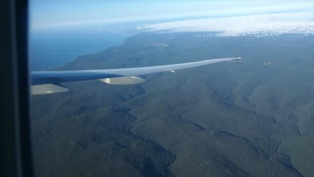 vídeos de stock, filmes e b-roll de vista da janela do avião - armação de janela