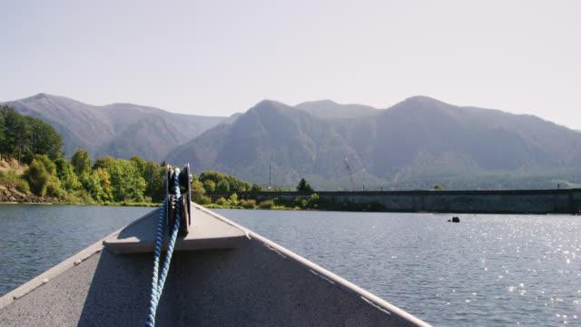 vídeos y material grabado en eventos de stock de vista desde el frente de un pequeño barco del río columbia en washington en un día soleado - perspectiva desde una barca