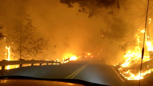vídeos de stock e filmes b-roll de view from the front seat of a vehicle as kincadefire is burns on both sides of geysers road october 24, 2019 in geyserville, california. fueled by... - incêndio