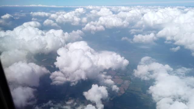 vidéos et rushes de vue de l'avion volant au-dessus des nuages - hublot