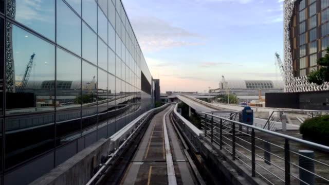 blick vom singapore flughafen automatisierte, fahrerlose zug - einschienenbahn stock-videos und b-roll-filmmaterial