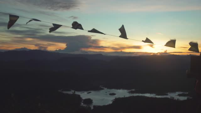 vidéos et rushes de view from the top of adam's peak sri pada, sri lanka at sunrise. buddhist flags - culture sri lankaise