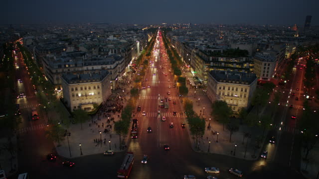 vídeos y material grabado en eventos de stock de ws ha view from the top of arc de triomphe. traffic moving on avenue de la grande armee with crowded cityscape at night / paris, france - arco del triunfo parís