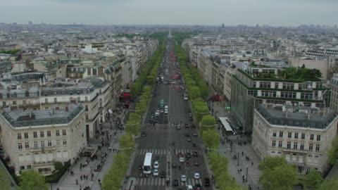 ws td ha view from the top of arc de triomphe. traffic on avenue de la grande armee with modern paris cityscape / paris, france - tilt down stock videos & royalty-free footage