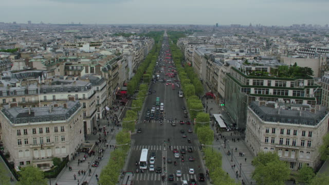 stockvideo's en b-roll-footage met ws td ha view from the top of arc de triomphe. traffic on avenue de la grande armee with modern paris cityscape / paris, france - tilt down