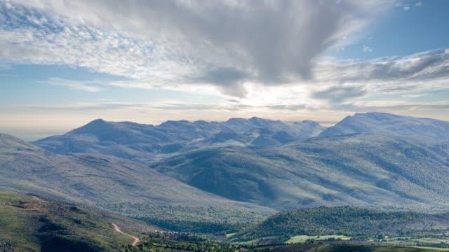 vidéos et rushes de vue depuis le sommet de la montagne de thierno mamadou - barrage
