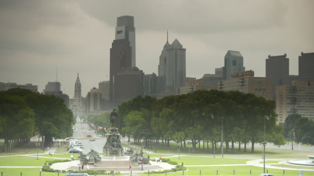 view from the washington memorial outside the philadelphia museum of arts along benjamin franklin parkway to philadelphia city hall, pennsylvania, usa. - george washington stock-videos und b-roll-filmmaterial