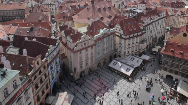vídeos y material grabado en eventos de stock de view from town hall clock tower, old town square, prague, czech republic, europe - vieja plaza de praga