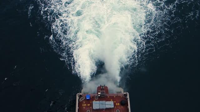 vy uppifrån på passagerartransportfartyg (båt) däck och akter, rök och motor är på full gas. vatten sprutar. - propeller bildbanksvideor och videomaterial från bakom kulisserna