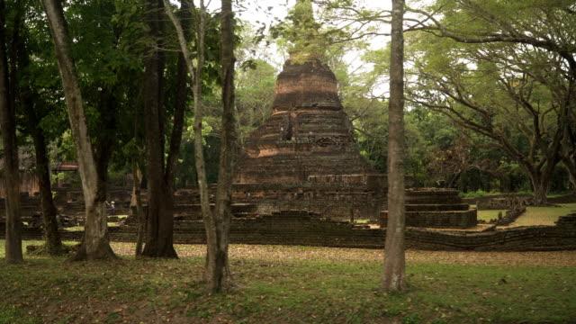 vídeos y material grabado en eventos de stock de vista del vehículo para ver es una pagoda, sukhothai, tailandia - espalda humana