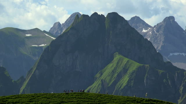 vídeos de stock, filmes e b-roll de view from zeigersattel to mount höfats with the allgaeu alps at nebelhorn area near oberstdorf, allgaeu, swabia, bavaria, germany - alpes bávaros