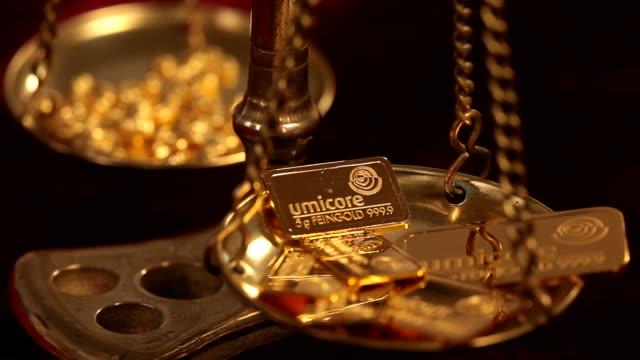 ms view gold of weight scale / hanau, hesse, germany - waage gewichtsmessinstrument stock-videos und b-roll-filmmaterial